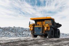 Wielka łupu usypu ciężarówka Ładować skałę w dumper Ładowniczy węgiel w ciało ciężarówkę Produkcj pożytecznie kopaliny kolonel obrazy stock