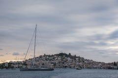 Wielka żaglówka przed Poros wyspą fotografia royalty free