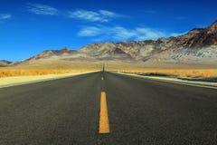 Wielka Amerykańska droga, krzyżuje ogromną Śmiertelną dolinę obraz royalty free