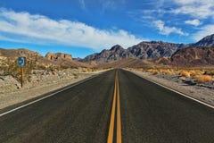 Wielka Amerykańska droga, krzyżuje ogromną Śmiertelną dolinę zdjęcia stock