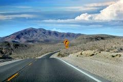 Wielka Amerykańska droga, krzyżuje ogromną Śmiertelną dolinę fotografia royalty free