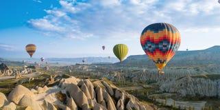 Wielka atrakcja turystyczna Cappadocia gorącego powietrza balonu lot zdjęcia royalty free