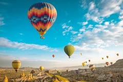 Wielka atrakcja turystyczna Cappadocia gorącego powietrza balonu lot obrazy stock