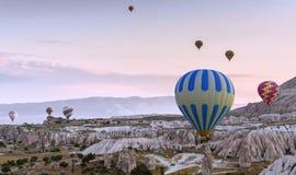Wielka atrakcja turystyczna Cappadocia gorącego powietrza balonu lot zdjęcie stock
