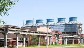 Wielka betonowa rurociąg kobyłka z drymbami i drutami dla elektryczności przy rafinerii ropy naftowej petrochemiczną fabryką chem obrazy royalty free