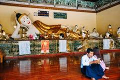 Wielka Buddha statua w Yangon fotografia stock