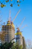 wielka budowa Ogromni żurawie Fotografia Royalty Free