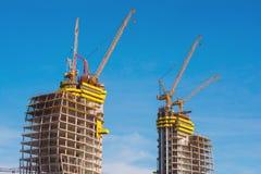 wielka budowa Ogromni żurawie Zdjęcie Royalty Free