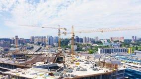 Wielka budowa z kilka żurawiami pracuje na budynku kompleksie Powietrzny materia? filmowy zbiory