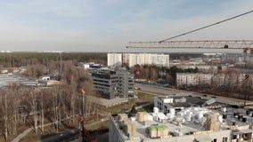 Wielka budowa z wielkim żurawiem - Powietrzny filmowy widok zbiory