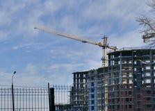 Wielka budynek mieszkaniowy budowa w zima słonecznym dniu Obrazy Royalty Free
