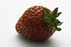 Wielka czerwona truskawka na białym tle obraz stock