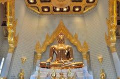 Wielka czysta złocista Buddha statua w świacie przy Watem Traimit Zdjęcia Stock