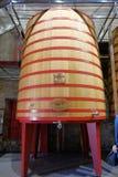 Wielka drewniana balia dzwonił dokąd winogrona rzucają tak, że zaczynają fermentować w wino lochach los angeles Rioja Fotografia Royalty Free