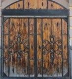 Wielka drewniana brama z forged elementami Fotografia Stock