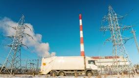 Wielka elektryczna podstacja i dym od kominów, upływ zdjęcie wideo