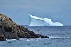 Wielka góra lodowa na linii brzegowej zdjęcie stock