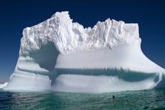 Wielka góra lodowa w błękitnym nawadnia Antarktyczny Fotografia Stock
