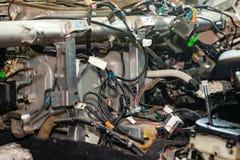 Wielka gmatwanina skudłacenie stubarwni druty od samochodowego drutowania kłama w kabinie rozmontowywający samochód z włącznikami fotografia stock