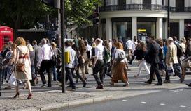 Wielka grupa ludzi krzyżuje drogę Zdjęcie Royalty Free