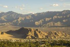 Wielka halna dolina z wioską zdjęcia stock
