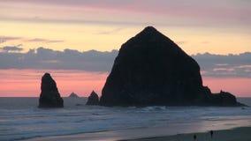 Wielka haystack skała przy działo plażą w Oregon zbiory wideo