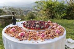 Wielka jagoda zakrywający tarta, iskrzasty wino Zdjęcie Stock