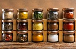 Wielka kolekcja pikantność w małych słojach zdjęcia royalty free