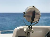 Wielka lampa, światło reflektorów, reflektor na dobrze łodzią, statek na tle piękny tropikalny krajobraz b Zdjęcia Stock