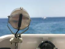 Wielka lampa, światło reflektorów, reflektor na lewo od łodzi, statek na tle piękny tropikalny krajobraz th Obrazy Royalty Free