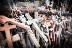 Wielka liczba różnorodni krzyże jako pomnik. Zdjęcie Stock