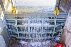 Wielka metal klapa drenować nadmierną wodę w rezerwuarze zdjęcie royalty free