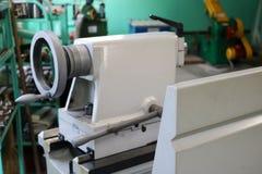 Wielka metalu żelaza ławki tokarka, wyposażenie dla naprawy, praca z metalem w warsztacie przy metalurgiczną rośliną w naprawie zdjęcie royalty free