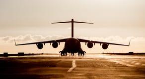 Wielka militarna ładunku samolotu sylwetka Zdjęcia Royalty Free