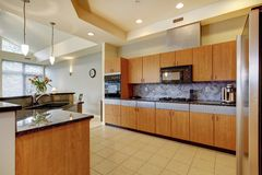 Wielka nowożytna drewniana kuchnia z żywym pokojem i wysokim sufitem. fotografia royalty free