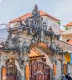 Wielka ornamentacyjna kamienna struktura z metal bramą Zdjęcie Stock