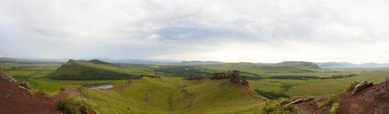 Wielka panorama zieleni pola i grań Miejsce wielka usterki opłata trzęsienie ziemi Zdjęcia Stock