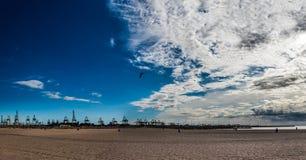 Wielka piaskowata plaża i port jesteśmy w Walencja w Hiszpania fotografia royalty free