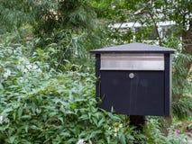 Wielka skrzynka pocztowa otaczająca z roślinami obrazy royalty free