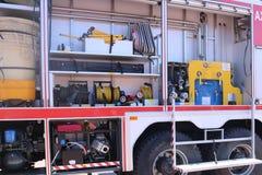 Wielka specjalna czerwień z błękita ogienia samochodem, silnik ratować ludzi z otwartymi stronami i gasić wyposażeniem, pożarnicz fotografia stock
