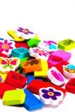 Wielka sterta kolorów dzieci ` s małe gumki z obrazkami na one na białym tle Zdjęcie Stock