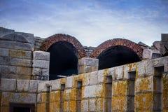 Wielka stonemade szarość struktura z żółtą foremką i łukami obraz royalty free