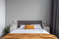 Wielka sypialnia w nowożytnym stylu z szarymi ścianami obrazy royalty free