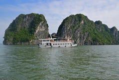 Wielka Turystyczna dżonki łódź pływa statkiem bez żagla przy Halong zatoką Fotografia Royalty Free