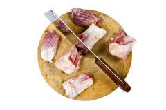Wielka wieprzowina i nóż siedzimy na drewnianej ciapanie desce odizolowywającej dalej Obrazy Royalty Free