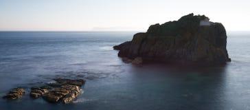 Wielka wyspa wita mały jeden na spokojnym morzu Zdjęcie Stock