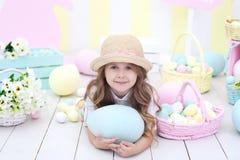 Wielkanoc! Śliczna dziewczyna bawić się z Easter jajkiem Dziecko trzyma wielkiego kolorowego jajko na tle Wielkanocny wnętrze Wie obrazy stock