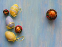 Wielkanoc barwił jajek i lal matrioshka lal matreshka na błękitnym drewnianym tle Zdjęcie Stock