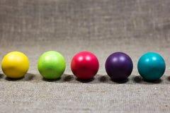 Wielkanoc barwił jajka na ciemnozielonym szorstkim bawełnianym tekstury sztuki conce Fotografia Royalty Free