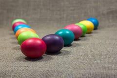 Wielkanoc barwił jajka na ciemnozielonym szorstkim bawełnianym tekstury sztuki conce Obrazy Royalty Free